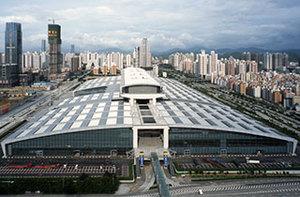 """深圳会展中心  深圳会展中心地处城市中心区,是深圳市最大的单体建筑,占地22万平方米,总建筑面积28万平方米,东西长540米,南北宽282米,地面以上最高处达60米,地上6层,地下2层,钢结构、玻璃穹顶和幕墙完美结合,夜间在灯光的点缀下,玲珑剔透,有""""水晶宫""""之美誉。 -"""